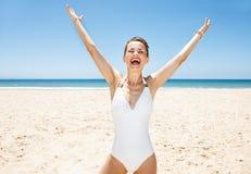 Szczęśliwa kobieta w swimsuit przy piaskowatą plażą na słonecznego dnia cieszeniu Obrazy Stock