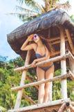Szczęśliwa kobieta w wakacje przy plażą Zdjęcia Stock