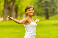 Szczęśliwa kobieta w wianku lecie cieszy się życia otwarcia rękę outdoors Obraz Royalty Free