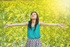 Szczęśliwa kobieta w wianku lecie outdoors obraz royalty free