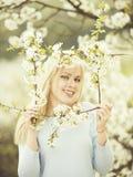 Szczęśliwa kobieta w wiośnie, lato ogrodowej naturze, modzie i młodości, zdjęcie royalty free