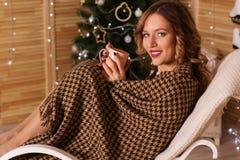 Szczęśliwa kobieta w wygodnym xmas wnętrzu Zdjęcia Stock