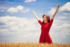 Szczęśliwa kobieta w złotym polu fotografia stock