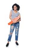 Szczęśliwa kobieta w zakłopotanych cajgach z deskorolka Zdjęcia Royalty Free