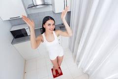 Szczęśliwa kobieta waży w ranku i gestykuluje wzrasta up Obrazy Royalty Free
