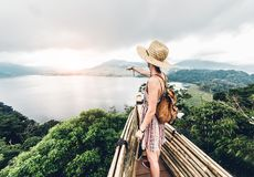 Szczęśliwa kobieta wskazuje horyzontu uczucie swobodnie podróżuje świat na inspiracyjnym tle obraz royalty free