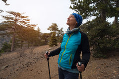 Szczęśliwa kobieta, wycieczkowicz w sosnowym lesie Zdjęcia Royalty Free