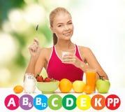 Szczęśliwa kobieta z żywnością organiczną i witaminami Fotografia Stock