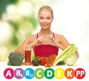 Szczęśliwa kobieta z żywnością organiczną i witaminami Zdjęcia Stock