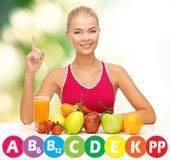Szczęśliwa kobieta z żywnością organiczną i witaminami Zdjęcie Stock