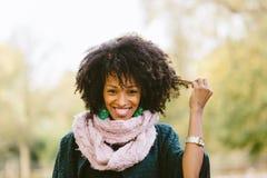 Szczęśliwa kobieta z afro włosianym stylem w jesieni Obraz Royalty Free