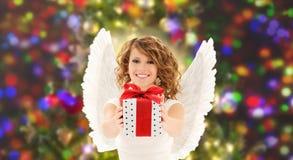 Szczęśliwa kobieta z aniołów bożych narodzeń i skrzydeł prezentem obrazy stock