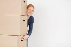 Szczęśliwa kobieta z Brown kartonu pudełkami Zdjęcie Royalty Free