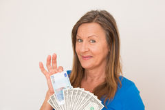 Szczęśliwa kobieta z dolara i euro notatkami Zdjęcia Royalty Free