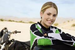 Szczęśliwa kobieta Z droga silnika rowerzysty zdjęcie stock