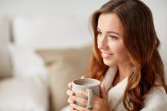 Szczęśliwa kobieta z filiżanką kakao lub kawa w domu fotografia royalty free