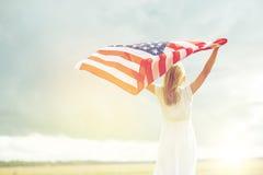 Szczęśliwa kobieta z flaga amerykańską na zboża polu fotografia royalty free