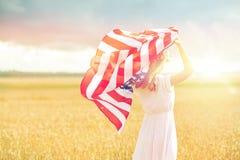Szczęśliwa kobieta z flaga amerykańską na zboża polu obraz stock