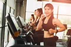 Szczęśliwa kobieta z grupą młodzi ludzie biega lub jogging obrazy stock