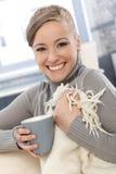 Szczęśliwa kobieta z koc i herbatą Zdjęcia Royalty Free