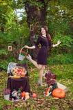 Szczęśliwa kobieta z koszem kwiaty w jesień parku Obrazy Royalty Free