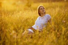 Szczęśliwa kobieta z książką wildflowers Obraz Royalty Free