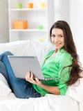 Szczęśliwa kobieta z laptopem fotografia royalty free