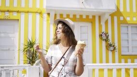 Szczęśliwa kobieta z lody na ulicie zbiory