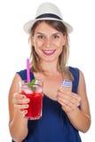 Szczęśliwa kobieta z malinki mennicy okularami przeciwsłonecznymi i lemoniadą Zdjęcia Stock