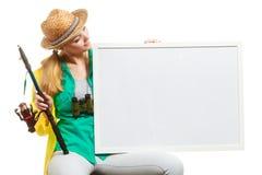 Szczęśliwa kobieta z połowu prącia mienia deską obraz stock