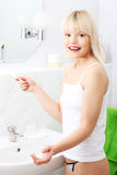 Szczęśliwa kobieta z pozytywnym ciążowym testem zdjęcie stock