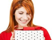 Szczęśliwa kobieta z prezenta pudełkiem Zdjęcia Stock