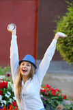 Szczęśliwa kobieta z pustą filiżanką Obrazy Royalty Free