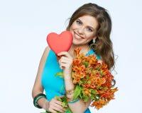Szczęśliwa kobieta z sercem bukieta kwiecisty kwiatów ilustraci wektor Obrazy Royalty Free