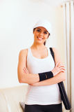 Szczęśliwa kobieta z tenisową torbą zdjęcia royalty free