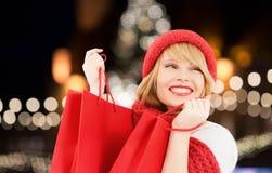 Szczęśliwa kobieta z torba na zakupy nad choinką zdjęcie royalty free