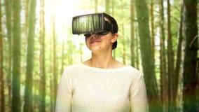 Szczęśliwa kobieta z vr słuchawki w wirtualnych drewnach zbiory wideo