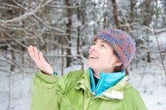 Szczęśliwa kobieta zaskakująca śniegiem Zdjęcie Royalty Free