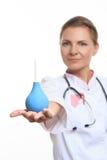 Szczęśliwa kobiety lekarki mienia enema obraz stock