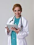 Szczęśliwa kobiety md nagłego wypadku lekarka lub pielęgniarka pozuje uśmiecha się używać di Fotografia Stock