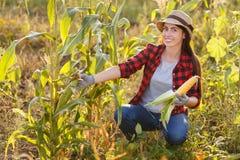 Szczęśliwa kobiety ogrodniczka z kukurydzanym cob zdjęcia stock