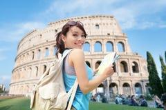 Szczęśliwa kobiety podróż w Włochy obrazy stock