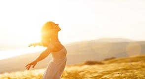 Szczęśliwa kobiety pozycja z ona na zmierzchu w natury iwith ope z powrotem Zdjęcia Royalty Free