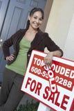 Szczęśliwa kobiety pozycja znak deską Zdjęcie Royalty Free