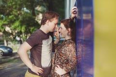 Szczęśliwa kochająca para ma zabawę i cieszy się w parku Zdjęcie Royalty Free