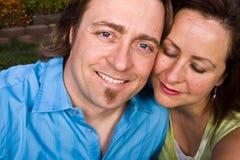 Szczęśliwa kochająca para ono uśmiecha się i ściska zdjęcie stock