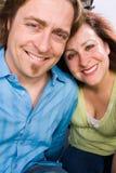 Szczęśliwa kochająca para ono uśmiecha się i ściska fotografia stock