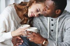 Szczęśliwa kochająca para pije kakao na zima ranku w łóżku obrazy royalty free