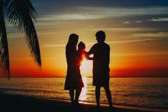 Szczęśliwa kochająca rodzina z małym dzieckiem na tropikalnej plaży obrazy royalty free