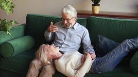 Szczęśliwa kochająca starsza stara rodzinna para relaksuje na wygodnej leżance zbiory wideo